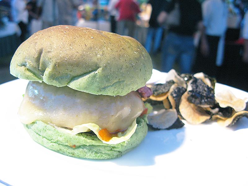 サイパン(ガラパン) お祭 巨大ハンバーガー